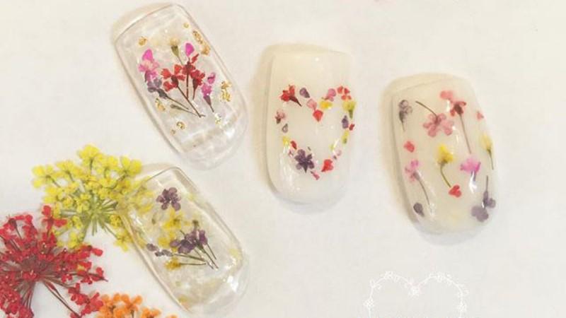 為手指染上一些春色吧!小清新風格的押花指彩粉嫩登場
