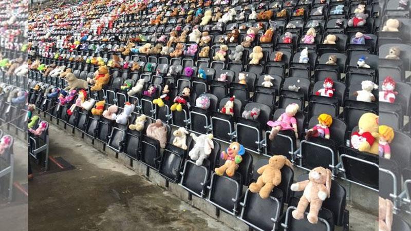 運動館一夕之間「被1萬500隻泰迪熊」佔領大家都看傻眼,「為了她最好朋友」會讓你的眼睛模糊…