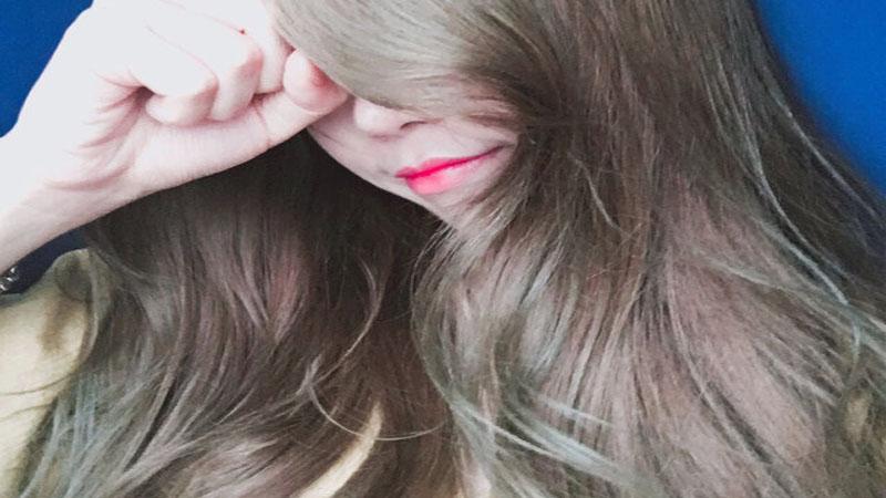 這亞麻灰也美得太夢幻,你說這是泡泡染誰信啊!這顏色讓我再度決定放棄剛染好的黑髮