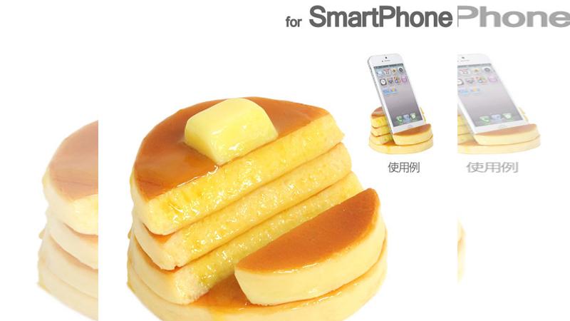 欸~你蛋包飯裡怎麼插著..這樣用手機讓人餓到不行啊!