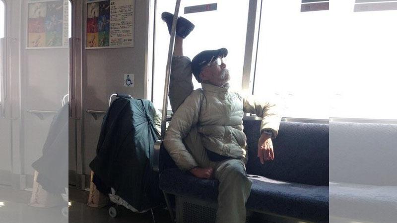 搭車驚見「扭曲翻轉」老爺爺!這班是妖怪電車嗎(嚇傻